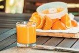 Lebih baik makan buah potong atau minum jus buah?