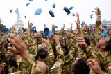 Sejumlah prajurit TNI AL yang tergabung dalam Satgas Maritim Task Force (MTF) Konga XXVIII.J UNIFIL melempar topi pad ketika tiba di Dermaga Ujung Koarmada II Surabaya, Jawa Timur, Kamis (8/11/2018). Satgas yang dipimpin oleh Komandan KRI Usman Harun-359 Kolonel Laut (P) Alan Dahlan tersebut kembali dalam jajaran Koarmada II usai mengemban misi perdamaian dunia selama setahun. Antara Jatim/M Risyal Hidayat/ZK