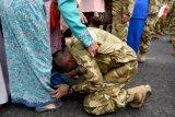 Seorang prajurit TNI AL yang tergabung dalam Satgas Maritim Task Force (MTF) Konga XXVIII.J UNIFIL mencium kaki ibunya ketika tiba di Dermaga Ujung Koarmada II Surabaya, Jawa Timur, Kamis (8/11/2018). Satgas yang dipimpin oleh Komandan KRI Usman Harun-359 Kolonel Laut (P) Alan Dahlan tersebut kembali dalam jajaran Koarmada II usai mengemban misi perdamaian dunia selama setahun. Antara Jatim/M Risyal Hidayat/ZK