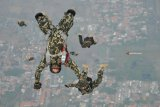 Sejumlah prajurit Korps Marinir TNI AL melompat mengikuti terjun bebas (free fall) dari pesawat udara Cassa U-6212 Skuadron Udara 600  Wing Udara-1 Puspenerbal diatas Bhumi Marinir Karangpilang Surabaya, Jawa Timur, Kamis (15/11/2018). Terjun bebas diatas ketinggian 7.000 kaki tersebut diikuti sekitar 73 prajurit TNI dan Polri dalam memperingati HUT ke-73 Korps Marinir. Antara Jatim/M Risyal Hidayat/ZK.