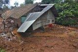 Warga mencari barang yang masih bisa diselamatkan di rumahnya yang tertimbun meterial tanah longsor di Desa Bojongsari, Kabupaten Tasikmalaya, Jawa Barat, Kamis (8/11/2018). Curah hujan yang tinggi di daerah Tasikmalaya Selatan mengakibatkan sembilan rumah tertimbun tanah longsor dan sebanyak 2.045 jiwa terdampak bencana longsor serta banjir dari 10 Desa yang ada di Kabupaten Tasikmalaya. ANTARA JABAR/Adeng Bustomi/agr.