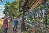 Wisatawan mancanegara berada di objek wisata situs Orang Kayo Hitam, Kelurahan Simpang, Berbak, Tanjungjabung Timur, Jambi, Senin (5/11/2018). (Wahdi Setiawan/Antarafoto)