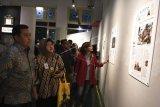Pembawa Acara Najwa Shihab (kanan), bersama Kepala Biro Umum Setjen Kemhan Marsma TNI Yusuf Jauhari (kiri) dan Direktur Keuangan Antara Nina Kurnia Dewi (kedua kiri) menyaksikan foto-foto headline saat peluncuran buku