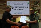 Koordinator Program Forum Konservasi Leuser (FKL) Dedi Yansyah (kiri) menyerahkan bantuan Pos Pemantau Hutan Lae Soraya kepada kepala UPTD Kesatuan Pengelolaan Hutan (KPH) VI Irwandi (kanan) di Desa Pasir Belo, Kecamatan Sultan Daulat, Subulussalam, Aceh, Kamis (1/11/2018). Penyerahan pos pemantau hutan kepada pihak KPH tersebut dilakukan untuk mengawasi dan mengantisipasi pemburuan satwa dan pembalakan liar atau penebangan liar (illegal logging) dikawasan hutan. (ANTARA FOTO/Syifa Yulinnas/pd)