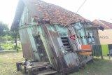Rumah nyaris roboh ini tetap dihuni buruh cuci
