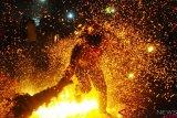 Peserta saling serang membawa obor saat tradisi perang obor di Desa Tegal Sambi, Tahunan, Jepara, Jawa Tengah, Senin (20/8/2018). ANTARA FOTO/Yusuf Nugroho.?