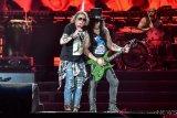 Vokalis Guns N' Roses Axl Rose (kiri) dan gitaris Slash (kanan) beraksi para konsernya yang bertajuk 'Not In This Lifetime' di Gelora Bung Karno, Jakarta, Kamis (8/11/2018). ANTARA FOTO/Muhammad Adimaja.?