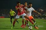 Pesepak bola Bali United Andika Wijaya (kiri) berupaya menghalangi pemain Persija, Novri Setiawan (kedua kanan) pada pertandingan Sepak Bola Liga 1 di Stadion I Wayan Dipta, Gianyar, Bali, Minggu (02/12/2018). Bali United kalah 1-2 dari Persija. Antaranews Bali/Nyoman Budhiana.