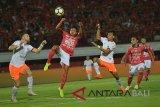 Pesepak bola Bali United Andika Wijaya (kedua kiri) menendang bola yang dihalangi pemain Persija, Marco Simic (kiri) dan Novri Setiawan (kedua kanan) pada pertandingan Sepak Bola Liga 1 di Stadion I Wayan Dipta, Gianyar, Bali, Minggu (02/12/2018). Bali United kalah 1-2 dari Persija. Antaranews Bali/Nyoman Budhiana.
