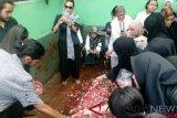 Dian Pramana Poetra dimakamkan satu liang lahat dengan sang ayah