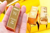 Emas jatuh tertekan akibat penguatan dolar AS