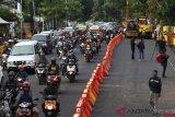 Warga berkendara di bekas lokasi jalan ambles di Jalan Raya Gubeng, Surabaya, Jawa Timur, Jumat (28/12/2018). Jalan Raya Gubeng yang ambles sudah dibuka dua lajur sisi timur pada Kamis (27/12/2018) malam, sementara dua lajur sisi barat masih ditutup karena sedang dikerjakannya pemasangan turap besi (steel sheet pile).ANTARA FOTO/Didik Suhartono/pras.