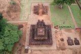 Logam runcing dan pipih ditemukan di kompleks candi Muarojambi