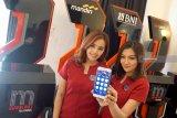 Dua model menunjukkan aplikasi Mobile Banking (mBanking) Telkomsel pada acara peluncuran di Surabaya, Jawa Timur, Selasa (18/12/2018). Aplikasi mBanking Telkomsel akan mendorong terciptanya masyarakat digital Indonesia dengan menghadirkan terobosan baru untuk membangun Indonesia Digital. Aplikasi ini memiliki beberapa fitur menarik, antara lain: transaksi perbankan, transaksi merchant, promo program, sinkronasi data, dan pencari ATM terdekat. Antara Jatim/HO/Ganes A Laksono/ZK.