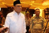 Wakil Ketua Umum Pengurus Pusat Dewan Masjid Indonesia (DMI) sekaligus Menteri Pendayagunaan Aparatur Negara dan Reformasi Birokrasi (Menpan RB) Syafruddin (kiri) didampingi Gubernur Kalbar Sutarmidji (kanan) usai pelantikan pengurus PW DMI Kalbar periode 2018-2023 di Kabupaten Kubu Raya, Kalbar, Selasa (18/12/2018). Dalam kegiatan bertajuk penguatan program DMI mewujudkan masjid sebagai pusat peradaban umat tersebut, Syafruddin menyatakan bahwa tidak ada masjid di Indonesia yang dijadikan tempat doktrin aliran radikalisme. ANTARA FOTO/Jessica Helena Wuysang