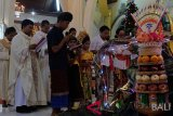 Sejumlah umat Katolik yang berbusana adat Bali membaca doa-doa dalam misa malam Natal di Gereja Katolik Hati Kudus Yesus Palasari, Jembrana, Bali, Senin (24/12/2018). Misa malam Natal dengan berpakaian adat Bali merupakan tradisi umat Katolik di Desa Palasari sebagai simbol akulturasi. ANTARA FOTO/Nyoman Hendra Wibowo/nym.Sejumlah umat Katolik yang berbusana adat Bali membaca doa-doa dalam misa malam Natal di Gereja Katolik Hati Kudus Yesus Palasari, Jembrana, Bali, Senin (24/12/2018). Misa malam Natal dengan berpakaian adat Bali merupakan tradisi umat Katolik di Desa Palasari sebagai simbol akulturasi. ANTARA FOTO/Nyoman Hendra Wibowo/nym.