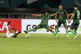 Pesepak bola PSMS Medan Roni Fatahilah (ketiga kanan) berebut bola dengan pesepak bola PS Tira Dimas Drajad (kedua kiri) pada laga Gojek Liga 1 Indonesia  2018 di Stadion Pakansari,   Bogor, Jawa Barat, Rabu (5/12/2018). PS Tira menang atas PSMS dengan skor 4-2. ANTARA JABAR/Yulius Satria Wijaya/agr.