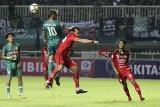Pesepak bola PSS Sleman Cristian Gonzales (kiri) berebut bola dengan pesepak bola Semen Padang Wahyu Trisnajaya (kanan) pada laga final Liga 2 2018 di Stadion Pakansari, Bogor, Jawa Barat, Selasa (4/12/2018). Dalam laga tersebut PSS Sleman menang dengan skor 2-0, dan menjadi juara Liga 2 Indonesia. ANTARA JABAR/Yulius Satria Wijaya/agr.