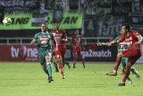 Pesepak bola PSS Sleman Cristian Gonzales (kiri) mengejar bola pada laga final Liga 2 2018 di Stadion Pakansari, Bogor, Jawa Barat, Selasa (4/12/2018). Dalam laga tersebut PSS Sleman menang dengan skor 2-0, dan menjadi juara Liga 2 Indonesia. ANTARA JABAR/Yulius Satria Wijaya/agr.