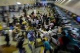Calon penumpang mengantre di loket check in Bandara Internasional Juanda Surabaya di Sidoarjo, Jawa Timur, Minggu (23/12/2018). Jumlah penumpang pesawat udara pada mudik libur Natal dan tahun baru 2019 di bandara Juanda diperkirakan sekitar 74.000 orang. Antara Jatim/Umarul Faruq/ZK.