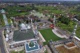 Foto udara proses renovasi Masjid Agung Baiturrahman yang sudah mencapai tahap penyelesaian di Bojong Koneng, Singaparna, Kabupaten Tasikmalaya, Jawa Barat, Rabu (19/12/2018). Pemerintah melalui Dinas Pekerjaan Umum dan Penataan Ruang (PUPR) merenovasi dan membangun taman masjid untuk mempertahankan serta menjaga keindahan masjid agar menjadi wisata religi dan pembangunan tersebut menggunakan Dana Alokasi Umum (DAU) APBD Kabupaten Tasikmalaya 2018 sebesar Rp30 miliar. ANTARA JABAR/Adeng Bustomi/agr.