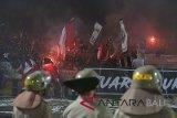 Pendukung klub Bali United menyalakan kembang api ketika berlangsungnya pertandingan Sepak Bola Liga 1 antara Bali United melawan Persija Jakarta di Stadion I Wayan Dipta, Gianyar, Bali, Minggu (02/12/2018). Persija Jakarta menang atas Bali United dengan skor 2-1 setelah beberapa kali pertandingan sempat dihentikan karena ulah penonton. Antaranews Bali/Nyoman Budhiana.