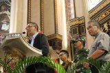 Gubernur Kalbar Sutarmidji (kiri) didampingi Uskup Agung Pontianak Mgr Agustinus Agus (kanan), Pangdam XII/Tanjungpura Mayjen TNI Achmad Supriyadi (kedua kanan) dan Walikota Pontianak Edi Kamtono (kedua kiri), berbicara saat meninjau pelaksanaan ibadah Natal di Gereja Katedral Pontianak, Senin (24/12/2018) malam. Sutarmidji menyatakan kunjungan tersebut sebagai bentuk tanggung jawab pemerintah daerah untuk memberikan rasa aman dan nyaman kepada umat Kristiani Kalbar yang sedang merayakan hari raya Natal. ANTARA FOTO/Jessica Helena Wuysang