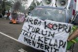 Massa yang tergabung dalam Suara Koalisi Perjuangan Rakyat melakukan aksi unjuk rasa di depan Gedung Sate, Bandung, Jawa Barat, Kamis (6/12/2018). Aksi tersebut menuntut Pemerintah Indonesia secepatnya menaikkan harga Kopra (kelapa) dan menyiapkan regulasi iklim kopra di Indonesia khususnya di Maluku-Maluku Utara. ANTARA JABAR/Novrian Arbi/agr.