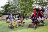 Pengunjung bermain becak-becakan di Cikao Park, Purwakarta, Jawa Barat, Sabtu (22/12/2018). Konsep pengembangan alam cikao park menjadi salah satu alternatif destinasi wisata keluarga untuk mengisi waktu libur natal dan tahun baru. ANTARA JABAR/M Ibnu Chazar/agr.