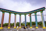 Pengunjung berfoto di instalasi pilar warna - warni di Cikao Park, Purwakarta, Jawa Barat, Sabtu (22/12/2018). Konsep pengembangan alam cikao park menjadi salah satu alternatif destinasi wisata keluarga untuk mengisi waktu libur natal dan tahun baru. ANTARA JABAR/M Ibnu Chazar/agr.