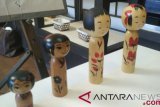 Masyarakat Jepang antusias untuk melukis boneka kokeshi