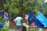 Warga Waymuli mengungsi dengan mendirikan tenda sendiri di kawasan kaki gunung Rajabasa, Kabupaten Lampung Selatan, Provinsi Lampung. (Megapolitan.Antaranews.Com/Foto: Aditya AR).