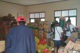 Petugas sedang mendata barang bantuan di Gudang logistik Posko Tsunami SMAN 1 Rajabasa untuk disalurkan kepada pengungsi korban tsunami Kabupaten Lampung Selatan, Provinsi Lampung. (Megapolitan.Antaranews.Com/Foto: Aditya AR).