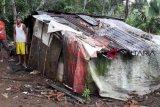 Saat hujan, keluarga Sairin harus pindah tidur ke tempat pembakaran mayat