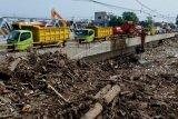 Sampah penyumbat Sungai BKT dari pemukim di sekitar hulu