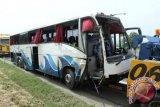 Bus sarat penumpang mundur dan terbalik di Pekanbaru
