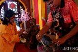 Jelang Imlek, umat Tri Dharma Magelang bersihkan rupang-rupang