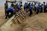 Bersih Pantai Lantamal VII Kupang