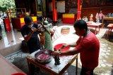 Warga Tionghoa Yogyakarta bersih-bersih klenteng sambut Imlek 2570