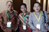 PT Astra Agro Lestari Tbk Area Borneo 2 & 3 mengucapkan selamat atas terpilihnya kembali Muhammadsjah Djafar sebagai Ketua Gabungan Pengusaha Kelapa Sawit Indonesia (GAPKI) Cabang Kalimantan Timur periode 2018 - 2023, saat acara Musyawarah Cabang Gapki Kaltim ke-5 di Midtown Hotel Samarinda Jum'at (25/1). Direktur PT Astra Agro Lestari Tbk Area Borneo 2 & 3, Direktur Borneo 2 Bambang DC (kiri) dan Dir. Borneo 3 Suparyo (tengah) dan Ketuda Gapki Jambi Tidar (kanan).