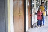 Siswa penyandang disabilitas  berjalan memasuki kelas untuk melakukan kegiatan belajar mengajar di Panti Sosial Bina Netra (PSBN) Wyata Guna, Bandung, Jawa Barat, Rabu (2/1/2019). PSBN Wyata Guna menggelar kegiatan belajar mengajar hari pertama setelah liburan panjang Natal dan Tahun 2019. ANTARA JABAR/Raisan Al Farisi/agr.
