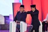 Capres nomor urut 02 Prabowo Subianto (kiri) dipijat pasangannya Sandiaga Uno saat jeda debat capres 2019 di Hotel Bidakara, Jakarta, Kamis (17/1/2019). Debat tersebut mengangkat tema Hukum, HAM, Korupsi, dan Terorisme. ANTARA FOTO/Sigid Kurniawan/pras.