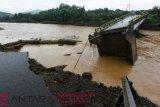 Jembatan Manuju ambruk akibat banjir di Gowa