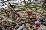 Warga melihat kandang ayam yang roboh akibat diterjang angin puting beliung di Kampung Cibarengkok, Nagrak, Kabupaten Sukabumi, Jawa Barat, Rabu (16/01/2019). Angin puting beliung yang melanda wilayah Kecamatan Nagrak tersebut membuat sekitar 83 rumah dan beberapa kandang ayam rusak. ANTARA JABAR/Nurul Ramadhan/agr.