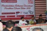Ketua Komisi Independen Pemilihan (KIP) Aceh, Syamsul Bahri (tengah) didampingi komisioner, Akmal Abzal (kanan) dan Munawarsyah (kiri) memberikan penjelasan saat rapat koordinasi Pembentukan Relawan Demokrasi Pemilihan Umum tahun 2019 yang dihadiri anggota KIP seluruh kabupaten/kota di Banda Aceh, Senin (14/1/2019). KIP Aceh akan merekrut sebanyak 1.265 lebih relawan di seluruh Aceh yang bertugas mensosialisasikan pemilu dengan sasaran mengajak masyarakat menggunakan hak pilihnya pada pemilu April 2019. (Antara Aceh/Ampelsa)