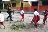 Yonif PR 328/DGH bersama pelajar SD Skofro Lama bersihkan lingkungan sekolah
