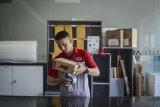 Pekerja membungkus paket di Kantor Cabang Utama JNE Bandung, Jawa Barat, Kamis (3/1/2019). PT Jalur Nugraha Ekakurir (JNE) menargetkan dapat menangani satu juta paket kiriman per hari pada 2019 seiring dengan tren perdagangan digital di Indonesia setelah sebelumnya dapat menangani rata-rata 24 juta kiriman per bulan. ANTARA JABAR/Raisan Al Farisi/agr.