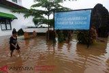 Polwan Polres Gowa berikan pemulihan trauma korban banjir