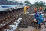 Longsor batuan alas lintasan rel kereta api