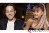 Setelah putus dari Ariana Grande, Pete Davidson menangis di depan ibunya